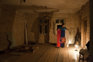 The artist with his piece and the Slovak flag