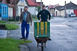 Pán Ľauka vyprevádza Igora s úľom naloženým veľkou rodinou, ktorá sa vyrojila z jeho úľov